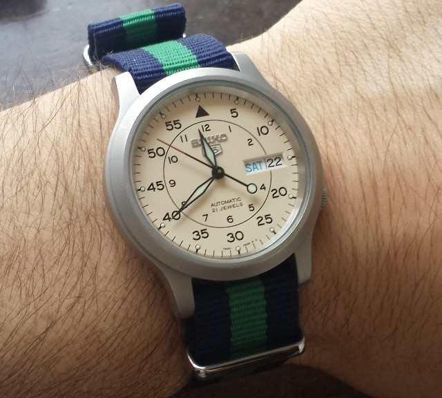 Seiko 5 on a navy blue and green NATO strap from #cheapestnatostraps.com #seiko5 #seiko #natostrap #natoband #klocksnack #watchuseek #watchband #watchstrap
